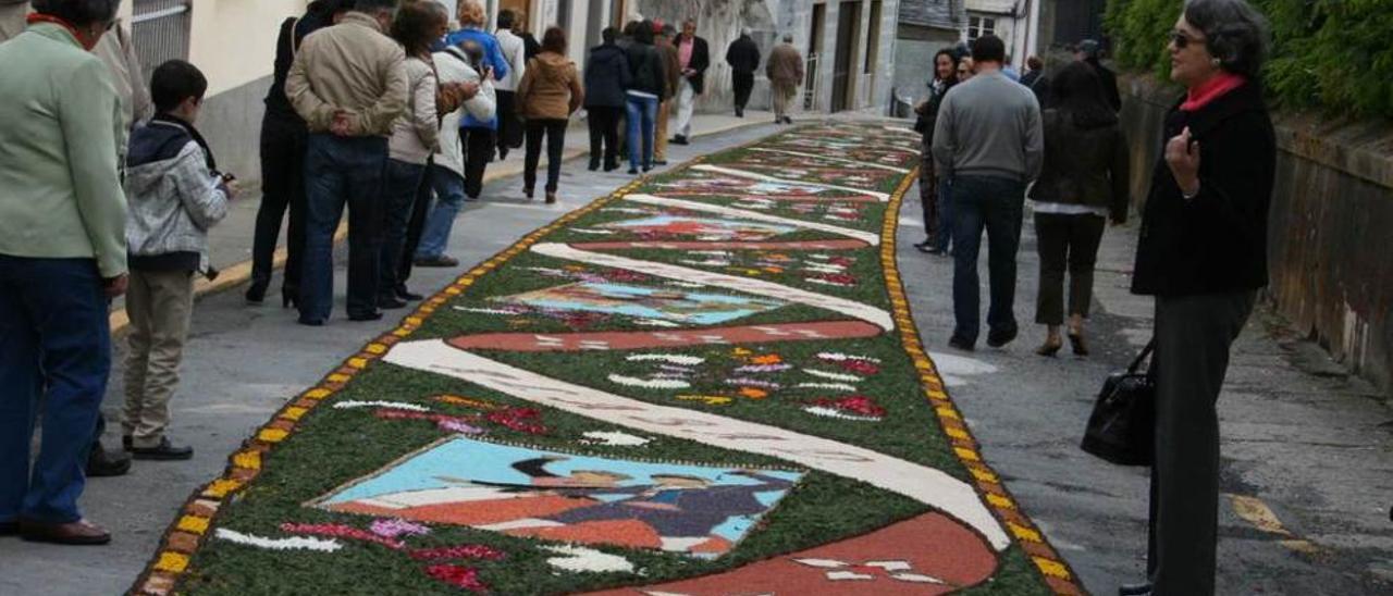 Una de las calles de Castropol engalanadas de alfombras durante el Corpus.