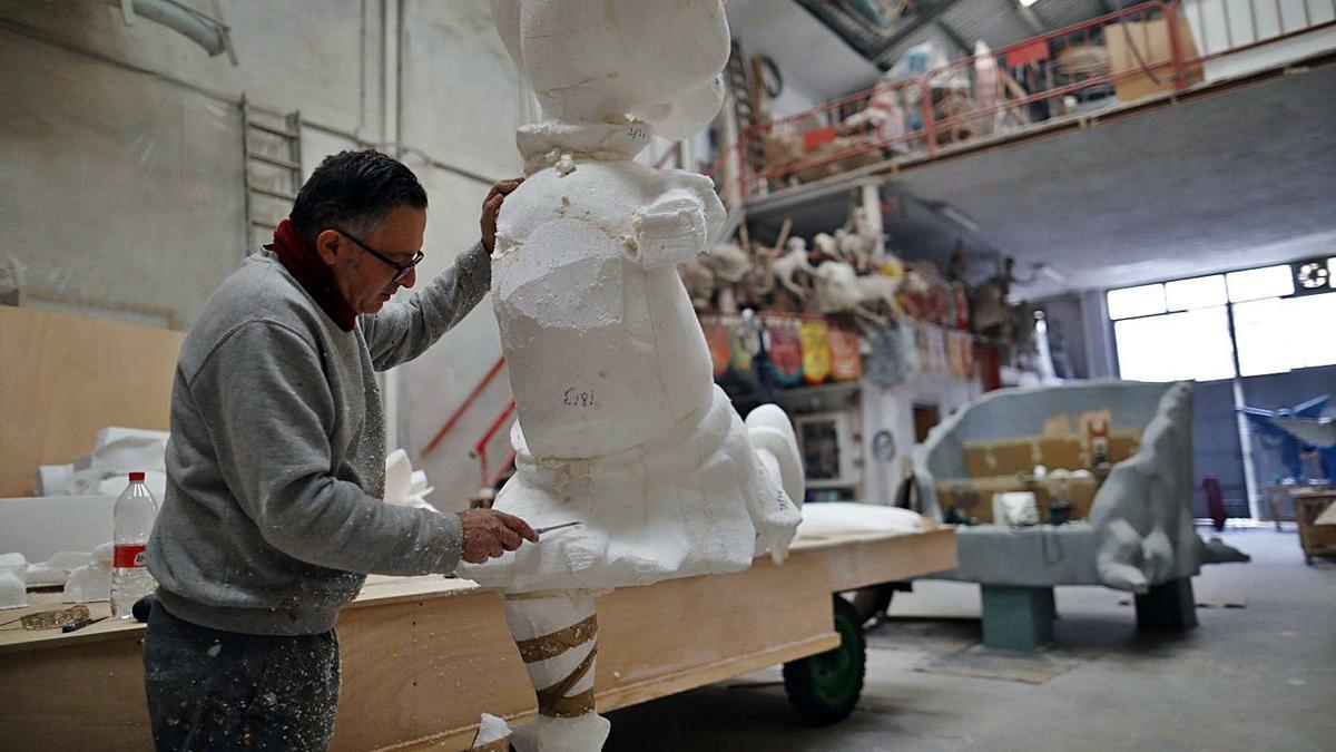 El artista Sergio Carrero, con una de las carrozas que quedan paradas.  | MIGUEL A. MONTESINOS