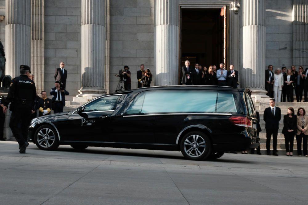 Coche fúnebre con los restos de Alfredo ...