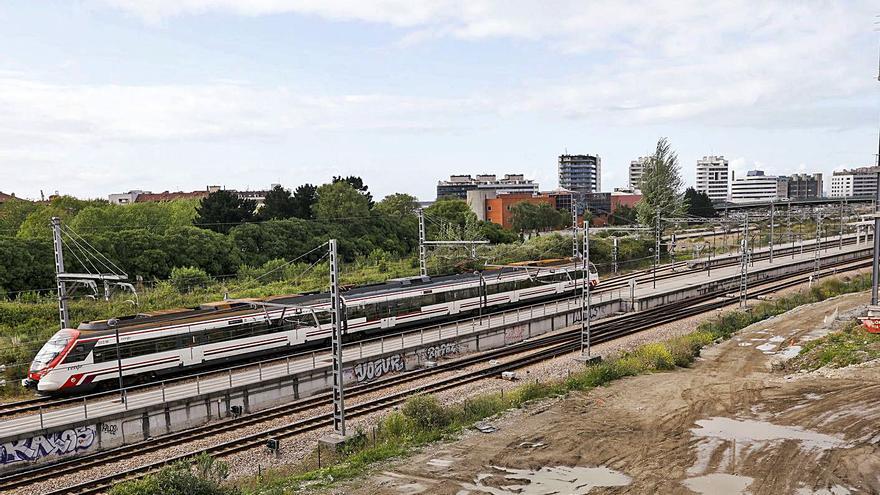 ¿Cómo se ha colado el plan de vías de Gijón en la negociación por la oficialidad del asturiano? Golpe de efecto de Foro