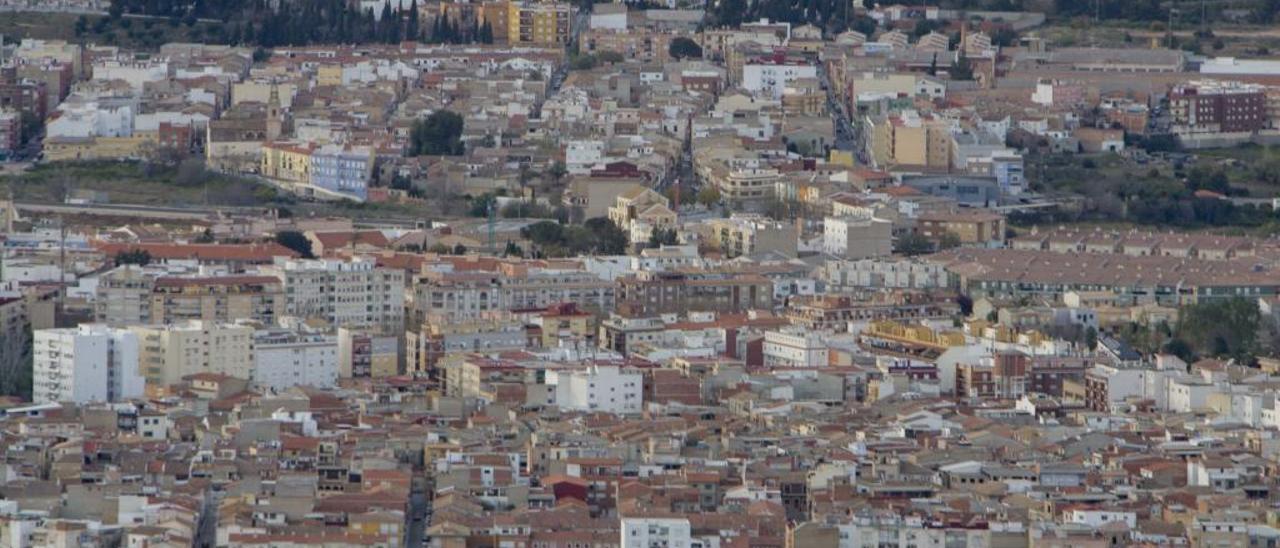 Una vista panorámica del núcleo urbano de Canals, en primer término, en una imagen reciente.