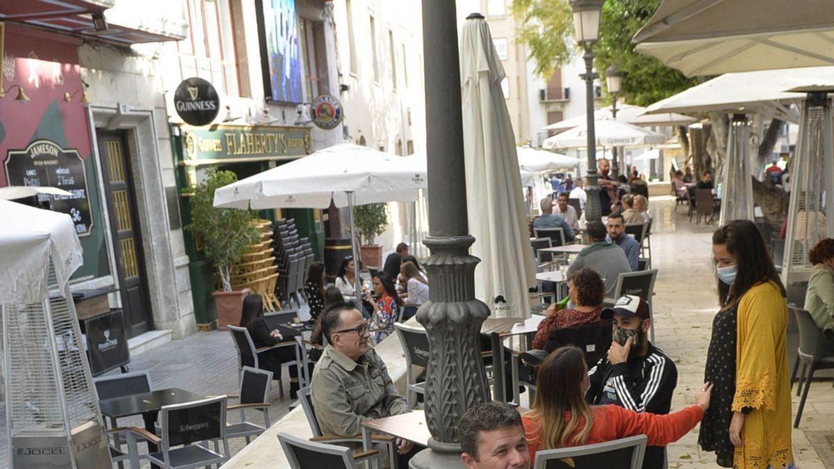 Una de las terrazas de la zona centro de Elche durante el «tardeo» de ayer.