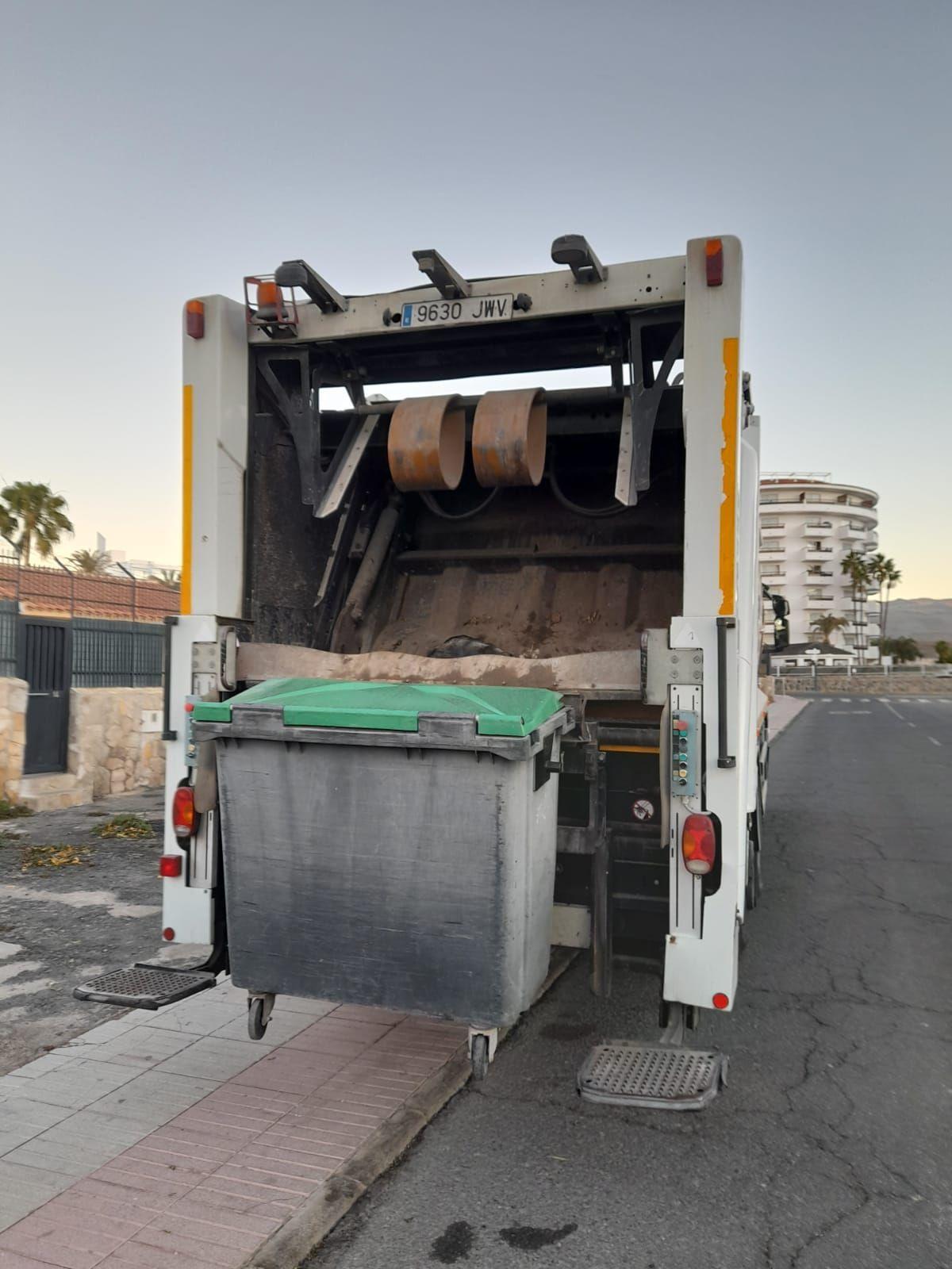 Se esconde en un contenedor y acaba en el camión de la basura