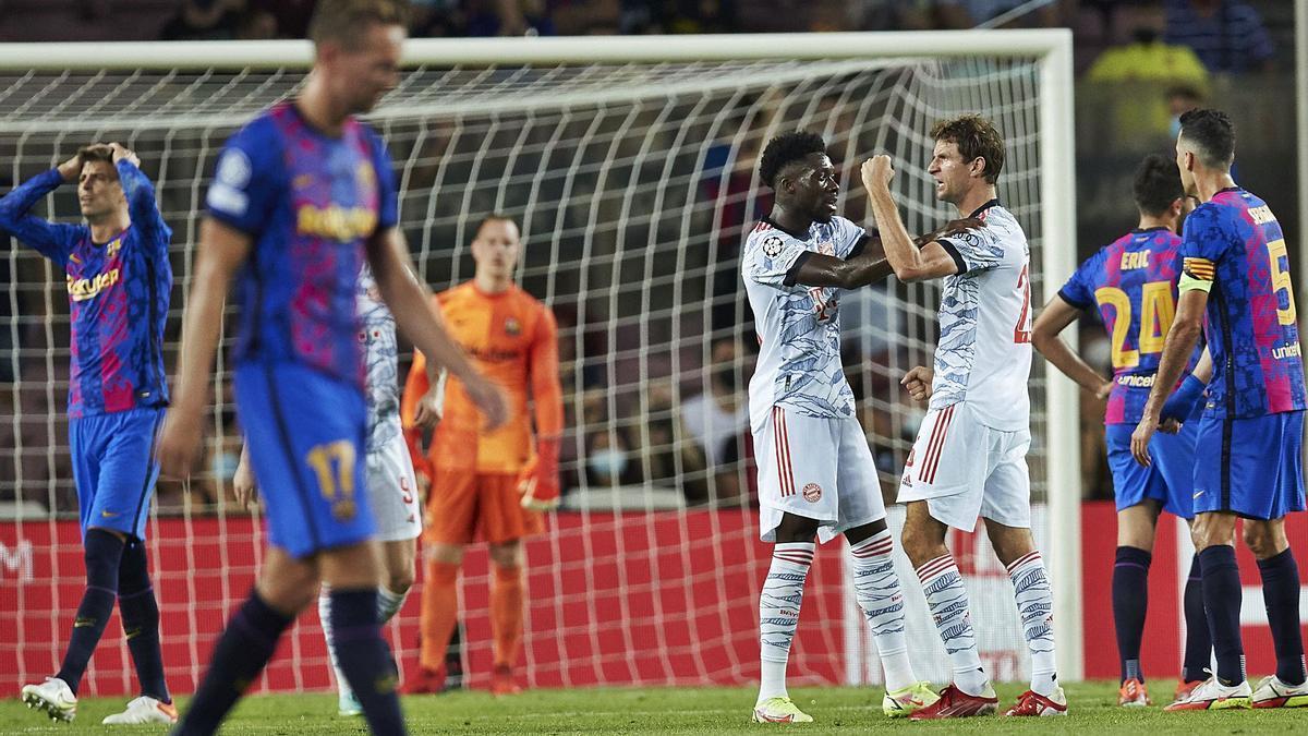 Davies i Müller celebren el primer gol davant de la desesperació de Piqué    ALEJANDRO GARCÍA/EFE
