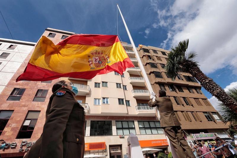 Izado de la bandera nacional con motivo de los actos de la Fiesta Nacional.