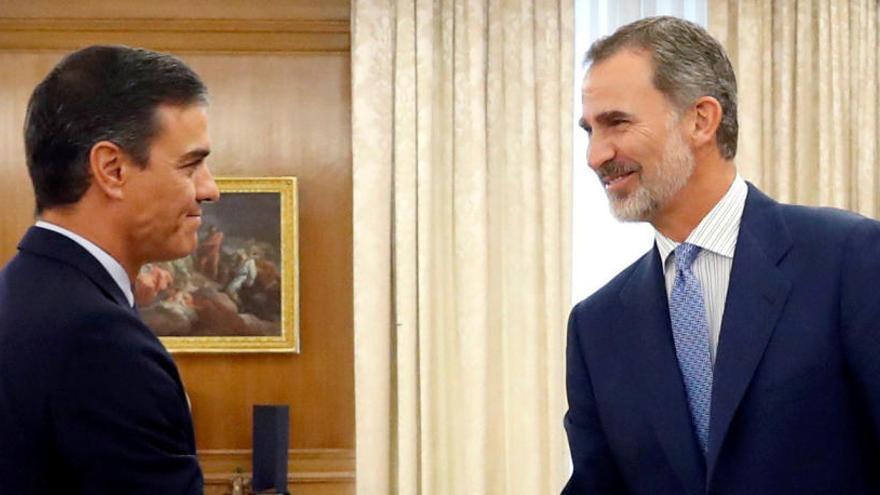 Pedro Sánchez saluda a Felipe VI.