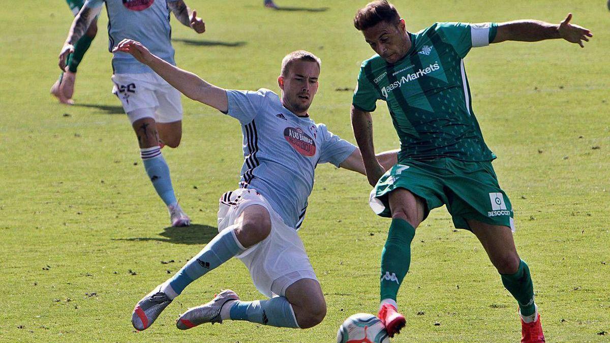 Bradaric trata de interceptar a Joaquín durante el partido.