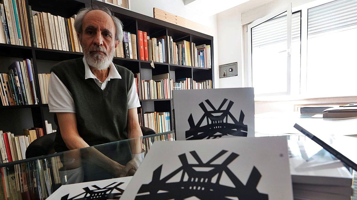 L'arquiteutu Miguel Ángel García-Pola, colos llibros de la so investigación.