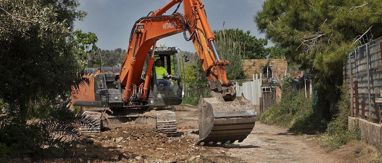 Las máquinas ya están acabando de despejar otros 12.000 metros cuadrados del delta del Palància. | DANIEL TORTAJADA