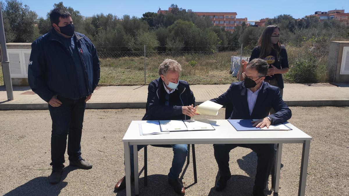 El alcalde Puigròs y el conseller Marí firman el convenio de cesión de los terrenos, hoy en S'Illot.