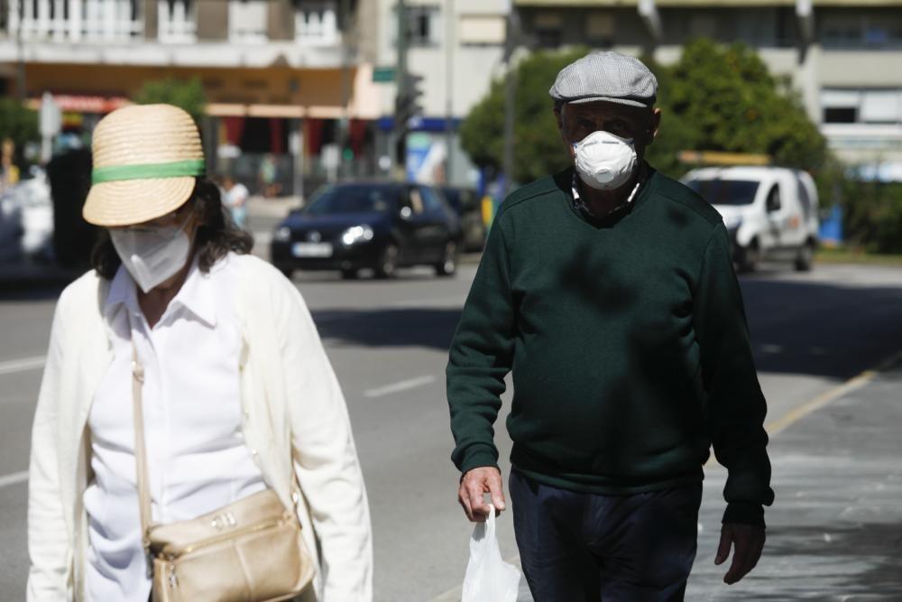 Gente con mascarilla en Avilés