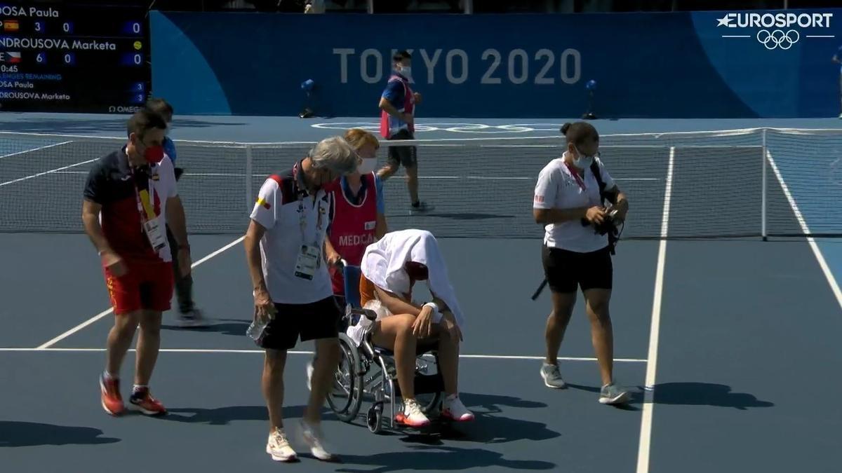 Paula Badosa abandona la pista en silla de ruedas, afectada por un golpe de calor.