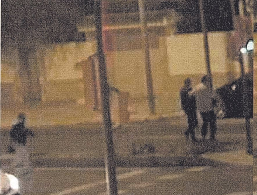 Los peatones cruzan la calzada