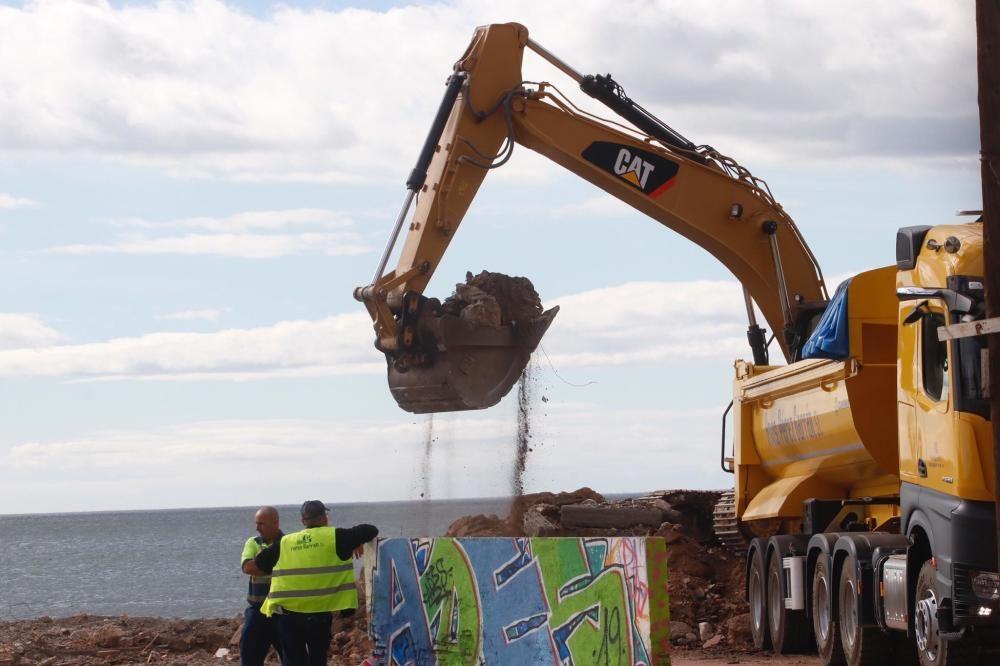 Trabajo de demolición de las antiguas pistas de tenis e instalaciones sin uso de los Baños del Carmen.