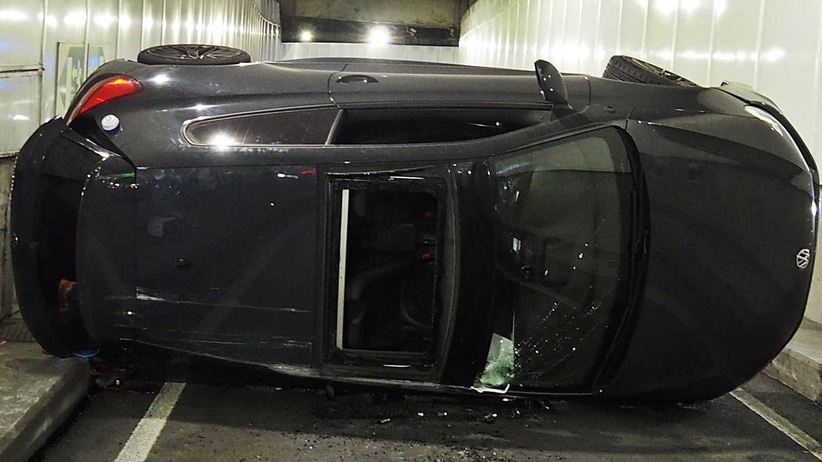 El coche, volcado, en una imagen difundida por la Policía Local de A Coruña.   | // L.O.