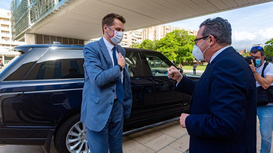 El embajador británico se reúne con el alcalde y los hoteleros de Benidorm
