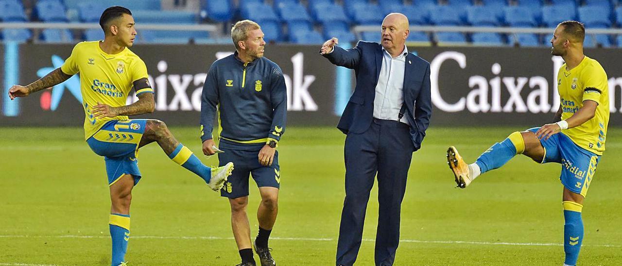 De izquierda a derecha: Sergio Araujo, David Gómez –preparador físico–, Pepe Mel y Jesé, ayer en el descanso. | | ANDRÉS CRUZ