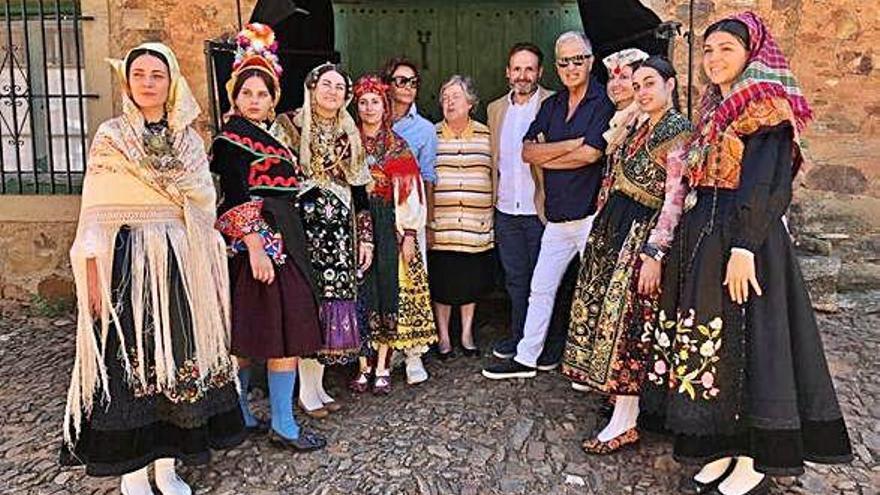 Mario Testino y Abascal junto a modelos con trajes tradicionales.