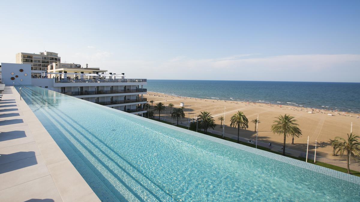 Vistas de la nueva piscina inaugurada por el hotel Bayrén