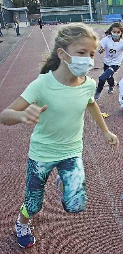 Una de las alumnas de Rocío Ríos practica deporte en el centro gijonés.