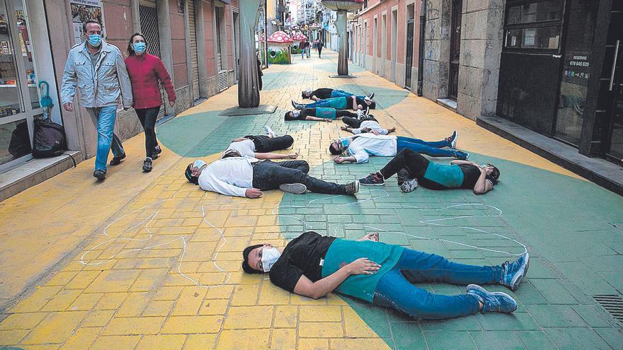 Empleados de la hostelería escenifican la muerte de sus negocios en plena calle