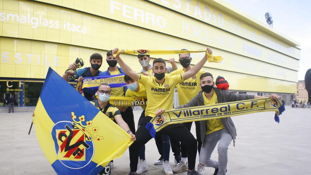 GALERÍA DE FOTOS | Así han recibido al equipo en los aledaños del estadio