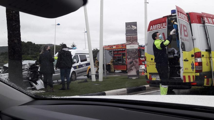 Un coche se estrella contra una palmera en la entrada a Dénia y dos ocupantes quedan atrapados