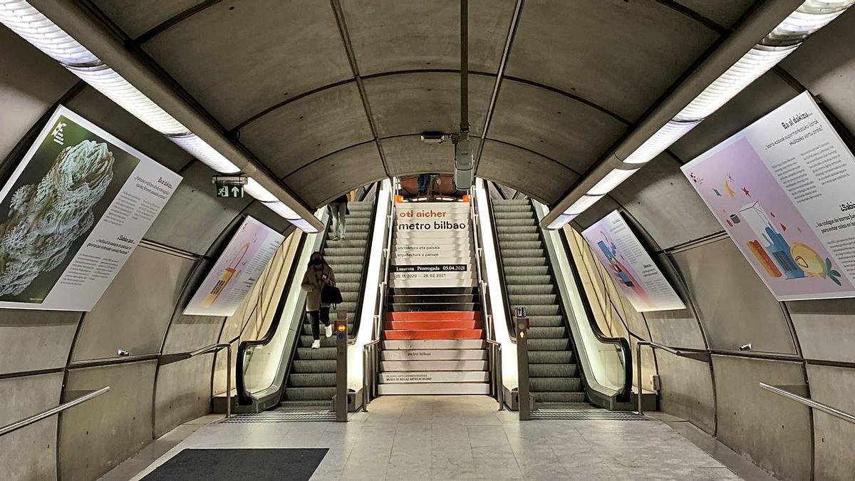 Las imágenes muestran el proyecto de Padrón y Garrido sobre las matemáticas expuestas en el Metro de Bilbao.