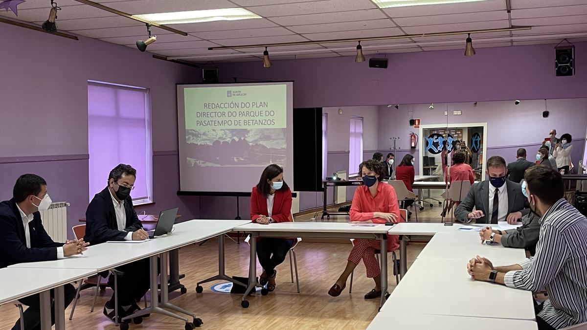Encuentro del delegado de la Xunta, la directora xeral de Patrimonio y la alcaldesa de Betanzos