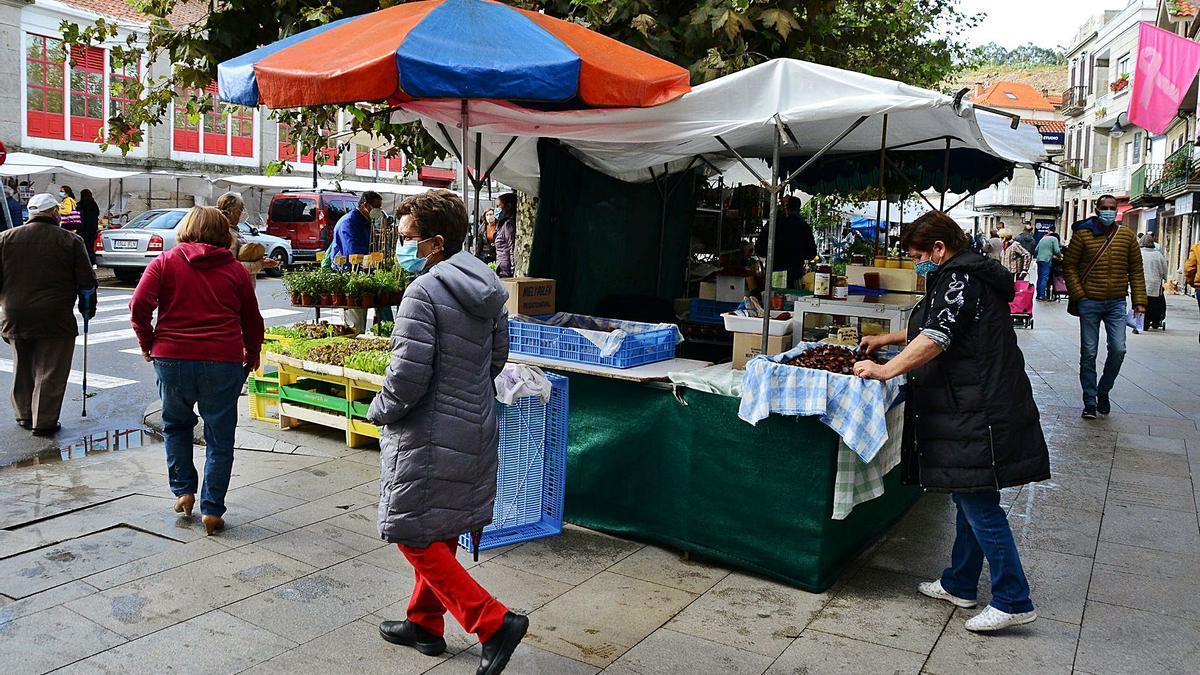El mercadillo ambulante de Cangas ya se celebró el viernes pasado sin puestos de venta de ropa y calzado.   | // G. NÚÑEZ