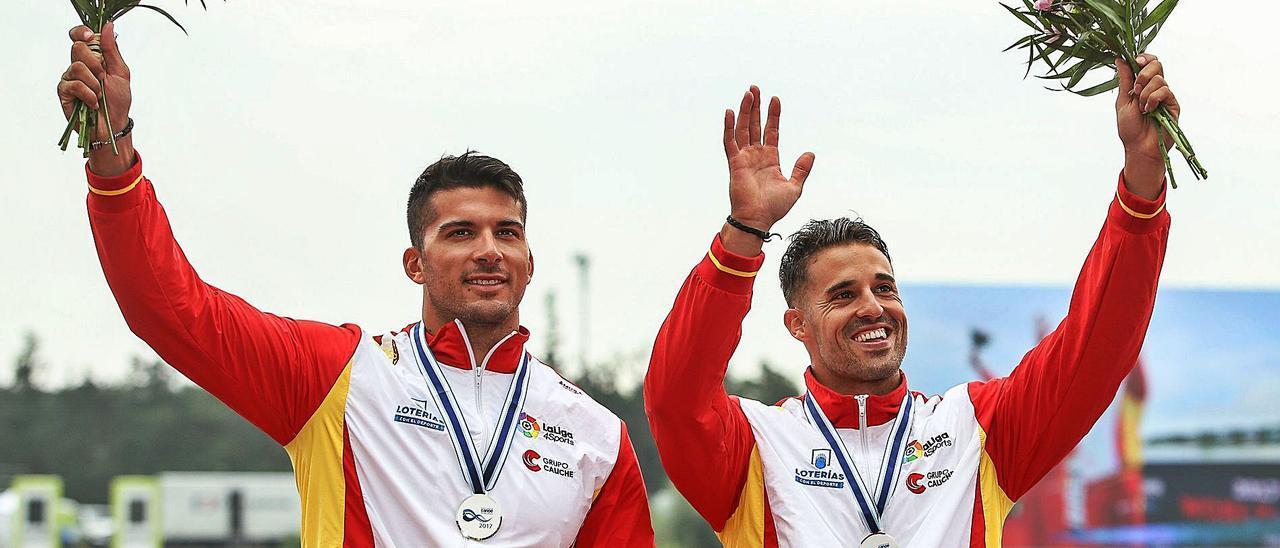 Cristian Toro y Carlos Garrote, tras subir al podio en el Mundial en la categoría de K2.  // EFE
