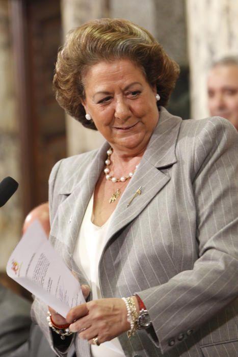 A finales de 2010 llega el relevo. Por esta época, Rita Barberá acostumbra a jugar con el acta, haciendo amago de enseñarla antes de nombrar a las elegidas.