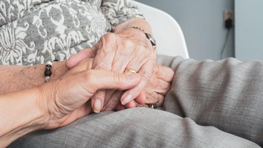Las familias de los mayores contagiados por COVID están preocupadas por la supresión de las visitas en los centros donde hay brotes