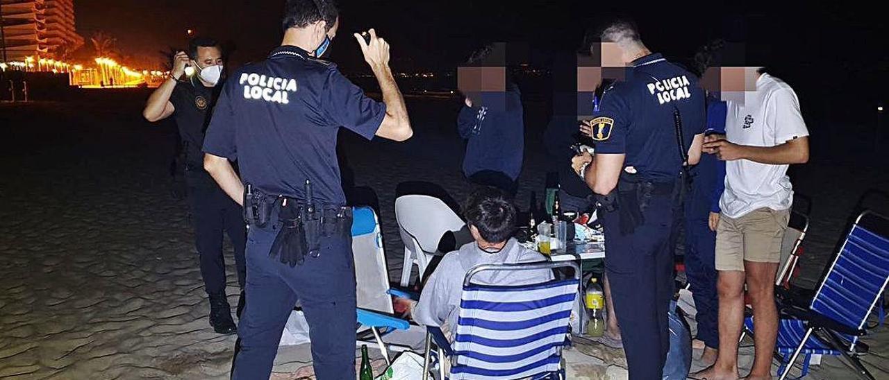 La Policía Local interviene un botellón en San Juan.