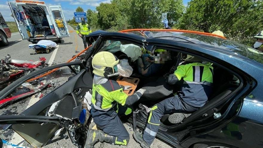Dos vecinos de Zaragoza, heridos graves en un choque mortal en Olite