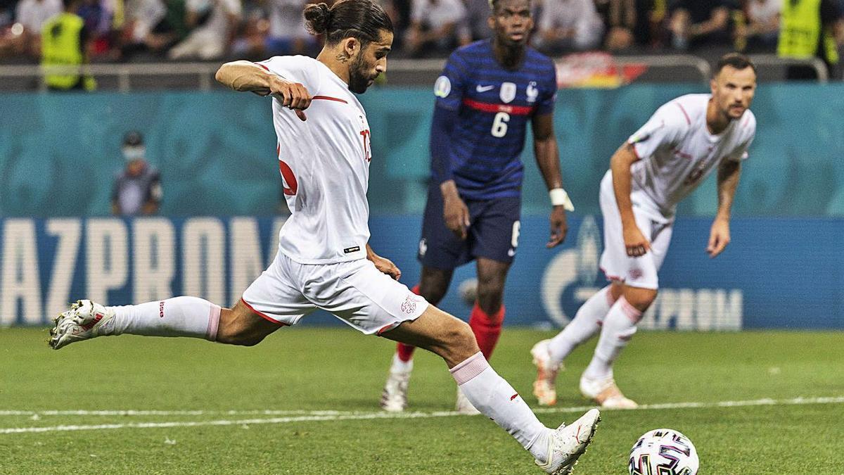 Ricardo Rodríguez lanza el penalti que le paró el portero francés Hugo Lloris. |  // JEAN-CHRISTOPHE BOTT