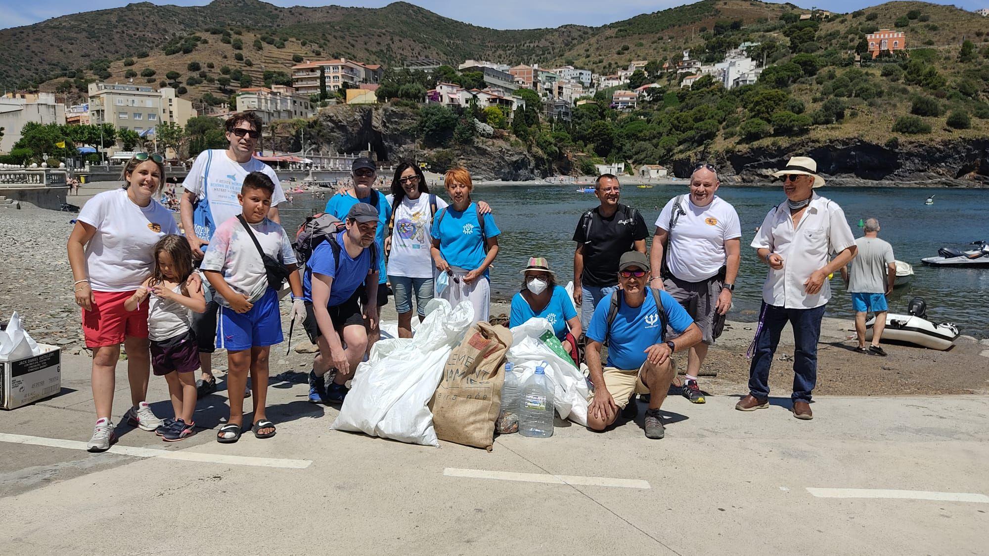La neteja per terra i mar de la platja de Portbou recull 275 kg de brossa