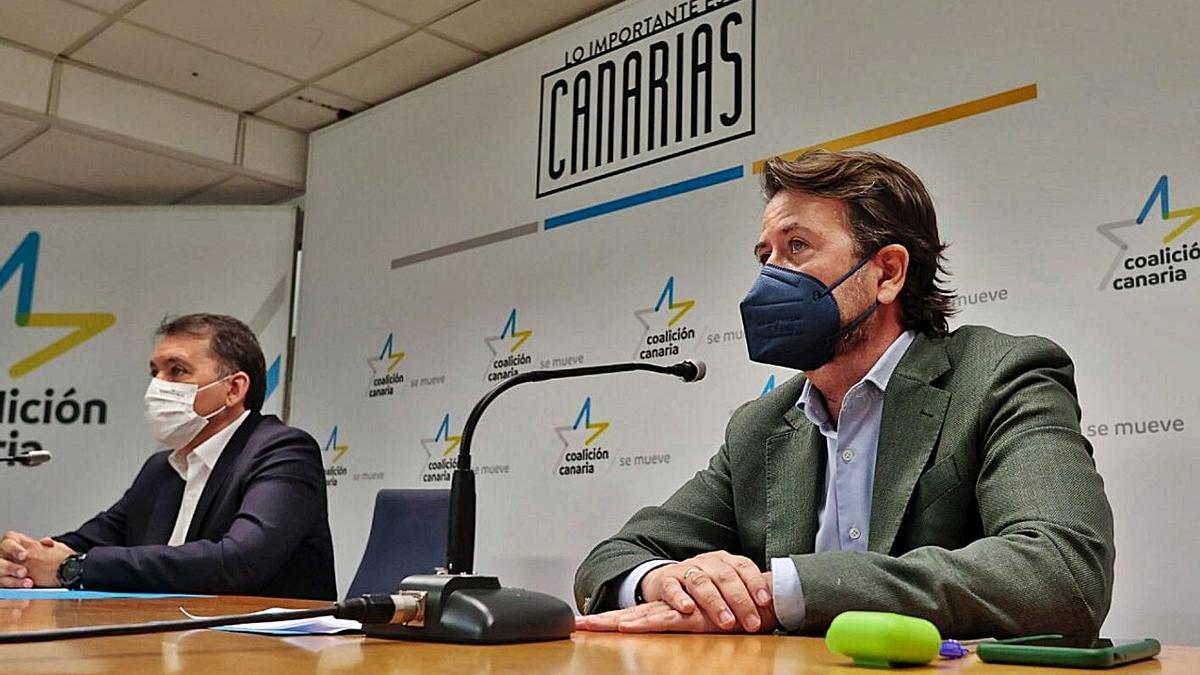 Carlos Alonso y José Manuel Bermúdez durante la comparecencia para criticar la política turística del Cabildo.