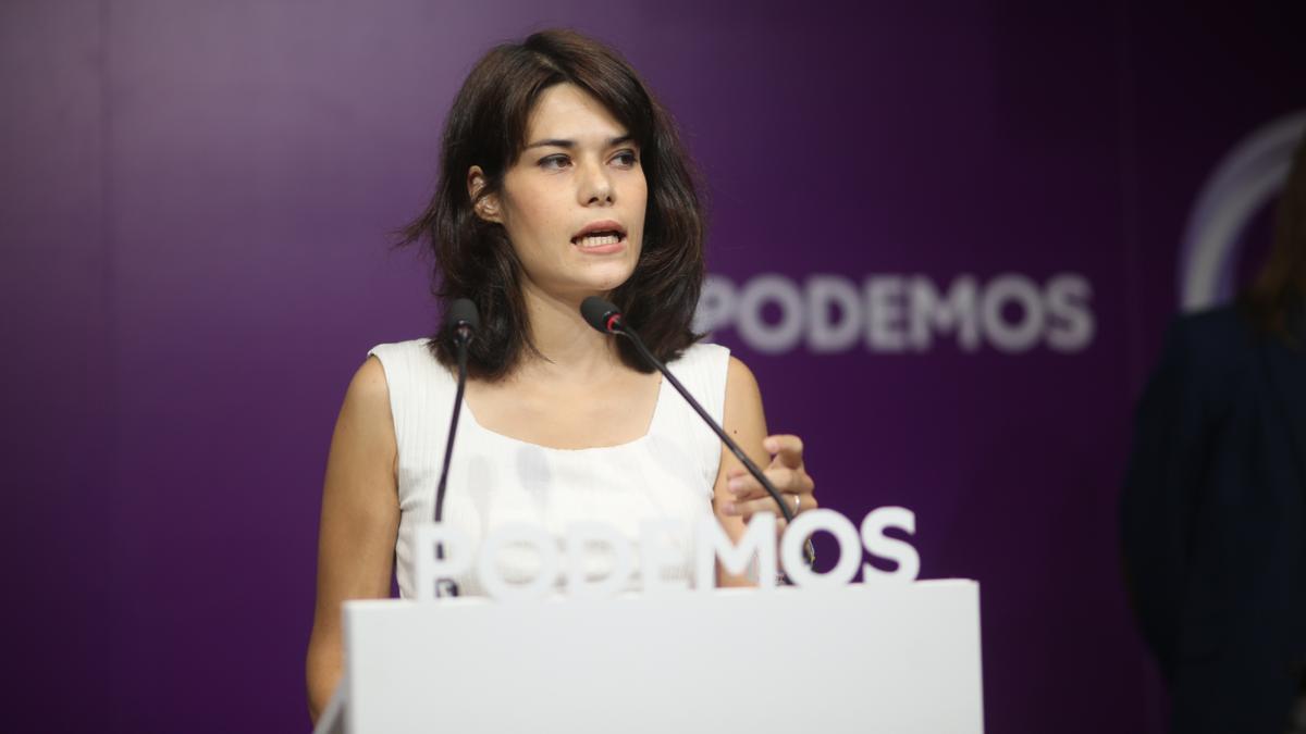 La portavoz de Podemos, Isa Serra, durante una rueda de prensa.