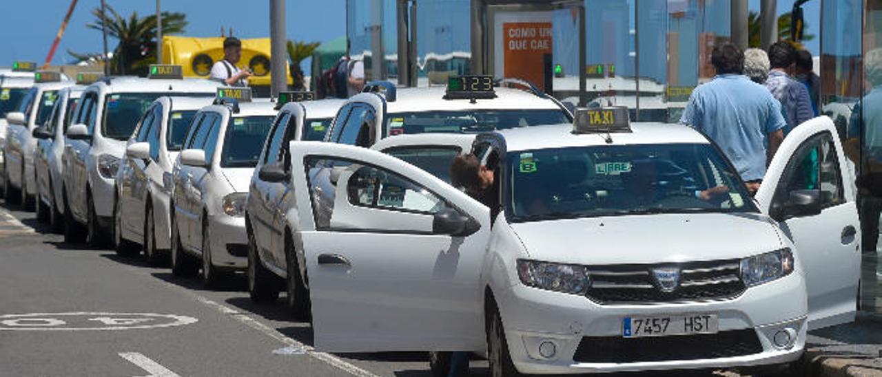 Los taxistas exigen la subida de la tarifa para unificar el precio en toda la ciudad