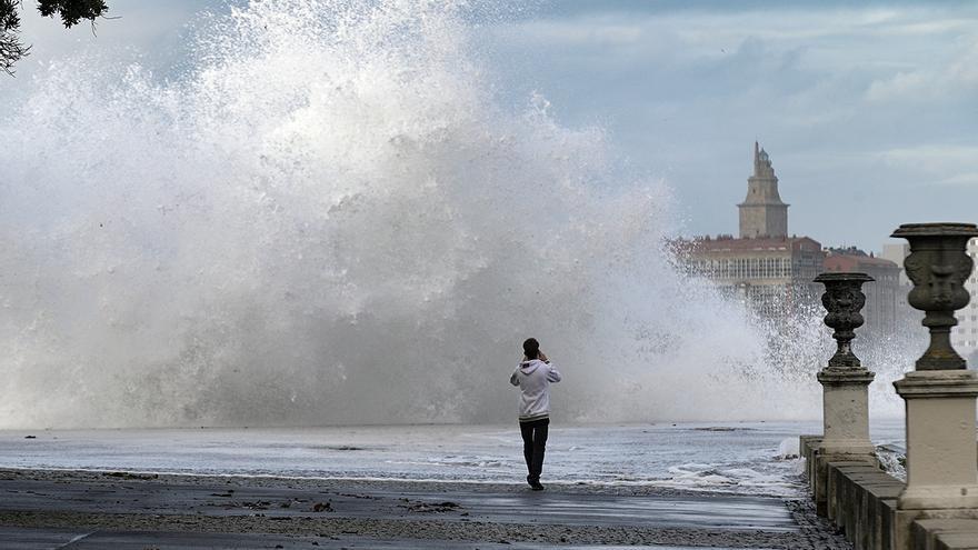 Las olas gigantes del huracán Epsilon en A Coruña
