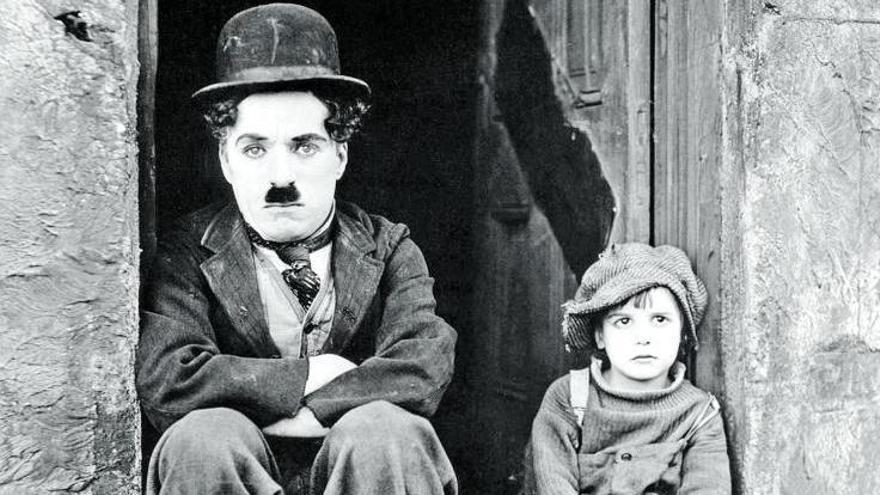 Charles Chaplin y el niño Jackie Coogan, en una escena típica de la película  'El chico.     LA PROVINCIA/DLP
