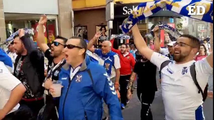 La afición del CD Tenerife saca los colores a la calle antes del derbi canario