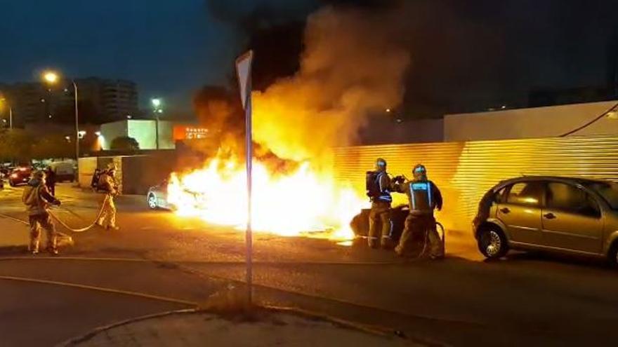 Un incendio destruye cuatro contenedores y daña dos coches