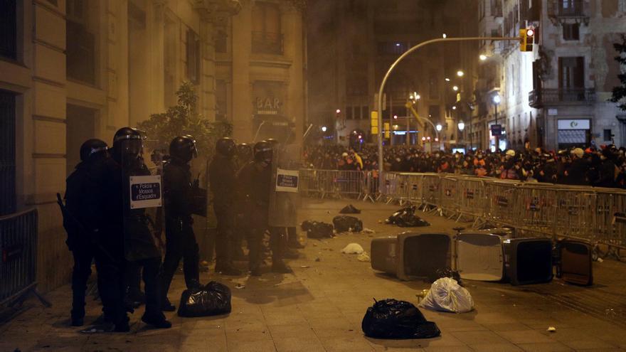 Mossos d'Esquadra frente a manifestantes, este domingo en Barcelona.