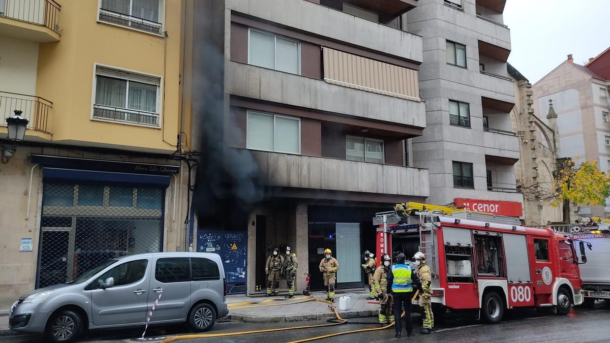 Los bomberos en el inmueble afectado.