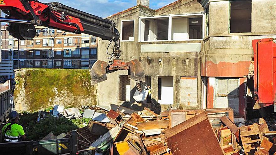 Comienzan los trabajos de derribo de la vivienda en ruinas de Rodrigo de Mendoza