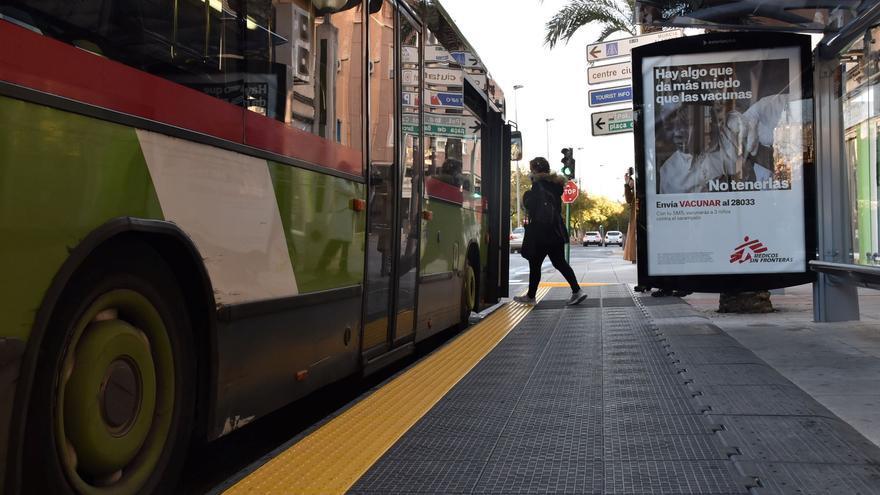 Elche renueva 23 paradas de autobús para mejorar la accesibilidad y que la espera sea más cómoda