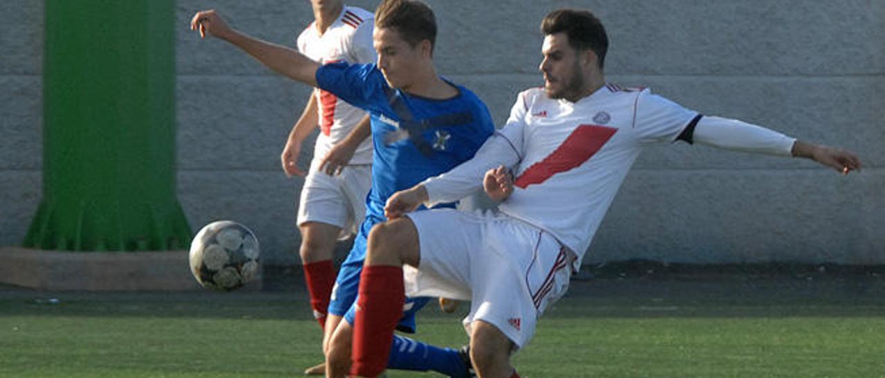 Disputa por el balón en el Huracán-Tenerife de juveniles.