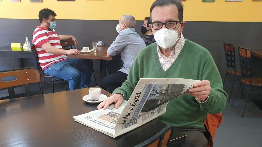 """""""Se agradece tomar el cafetín a techo"""": la ilusión de los clientes que vuelven al interior de los bares en Oviedo"""